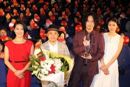(左から)矢吹春奈、白石和彌監督、綾野剛、瀧内公美