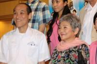 ユウイチ役の東国原英夫(左)とミツエ役の藤田弓子
