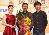 (左から)赤いドレス姿で登場した檀れい、ラージクマール・ヒラニ監督、山崎貴監督
