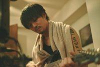 GReeeeN名曲映画『キセキ』松坂桃李演じるJINの姿が公開! グリーンヘア&口ひげ&ピアス&タトゥーに表される反発心 画像1