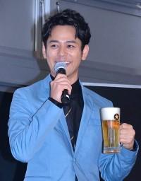 見事なビールサーブを披露した妻夫木聡