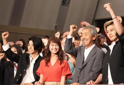(左から)村上虹郎、多部未華子、寺尾聰、真剣佑