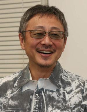 1人2役を演じる松尾貴史