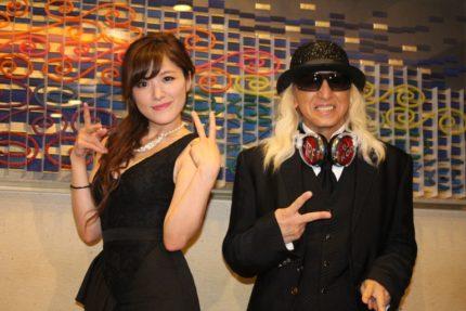 高木里代子(左)とDJ KOO