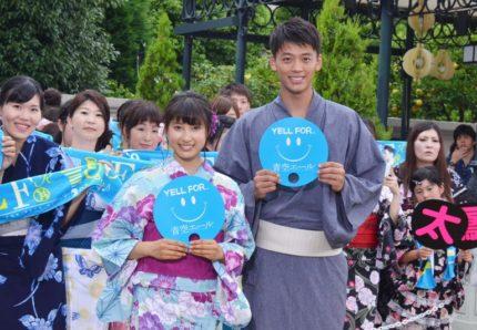 浴衣姿のファンとイベントを行った土屋太鳳(左)と竹内涼真