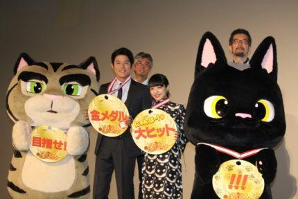 (前列左から)鈴木亮平、井上真央、(後列左から)榊原幹典監督、湯山邦彦監督