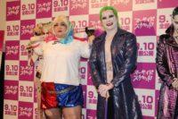 劇中のキャラクターに扮した安藤なつ(左)とカズレーザー