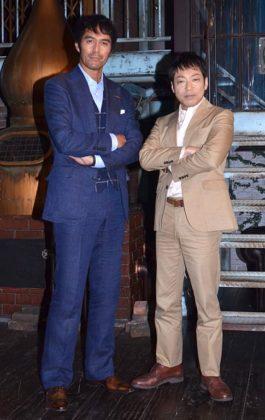 スタジオセットでの取材会に出席した(左から)阿部寛、香川照之