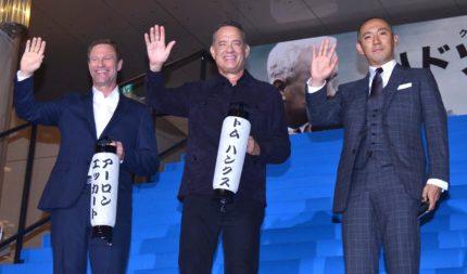 (左から)アーロン・エッカート、トム・ハンクス、市川海老蔵