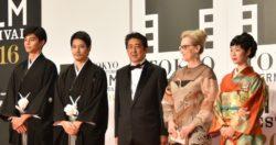 (左から)東出昌大、松山ケンイチ、安倍晋三首相、メリル・ストリープ、フェスティバル・ミューズを務める黒木華