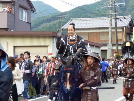「全軍武者行列」で馬にまたがり関ケ原の町をねり歩く山本耕史