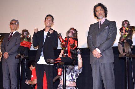 日光さる軍団の猿たちと並んだ(左から)堤幸彦監督、中村勘九郎、加藤雅也