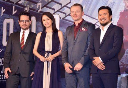 (左から)J・J・エイブラムス氏、前田敦子、サイモン・ペッグ、ジャスティン・リン監督