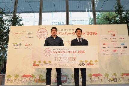ベイカー茉秋選手(左)と農林水産省矢倉克夫政務官