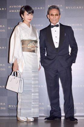 柴咲コウ(左)と写真家の操上和美氏