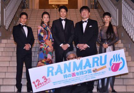 (前列中央)堤幸彦監督、(後列左から)市原隼人、木村文乃、向井理、佐藤二朗、木村多江