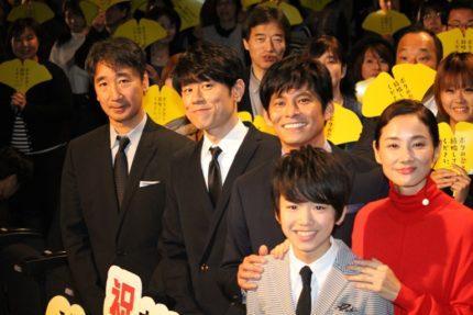 (左から)三宅喜重監督、原田泰造、織田裕二、込江海翔、吉田羊