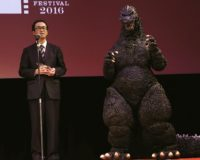 山内章弘プロデューサー(左)とゴジラ (c)2016 TIFF