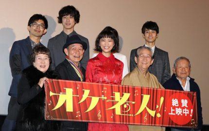 舞台あいさつに登壇した俳優陣と監督(上段左端)