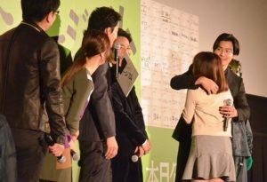 ファンとの抱擁を小栗旬に見せつける野村周平