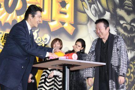 「たたいてかぶってジャンケンポン!」で対決した堤真一(左)と古田新太