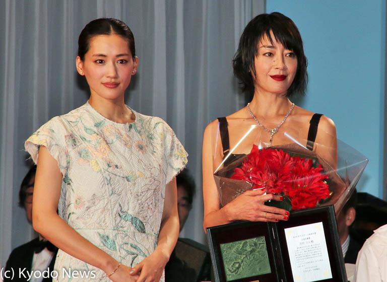 主演女優賞の宮沢りえ(右)とプレゼンターの綾瀬はるか