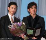 プレゼンターの高良健吾(左)と佐藤浩市
