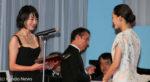 綾瀬はるかから主演女優賞を受け取る宮沢りえ(左)