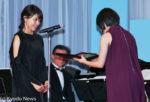 広瀬すずから新人賞を受け取る有村架純(左)