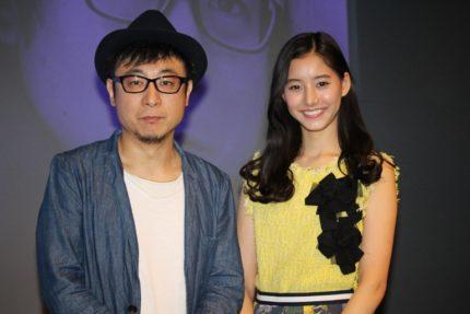 市井昌秀監督(左)と新木優子