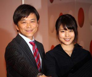 総合司会の武田真一アナウンサー(左)と紅組司会の有村架純_0563