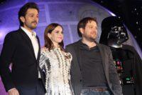 (左から)ディエゴ・ルナ、フェリシティ・ジョーンズ、ギャレス・エドワーズ監督、ダース・ベイダー