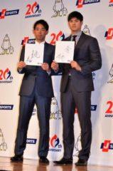 発表会に出席した秋山翔吾選手(左)と大谷翔平選手