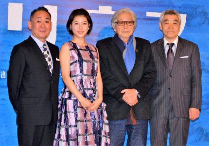 今井翼に見守られながら写真撮影に臨んだ、(左から)林家正蔵、瀧本美織、山田洋次監督、柄本明