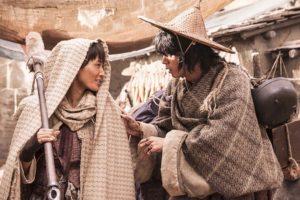 女用心棒バルサ(左)と幼なじみの薬草師タンダ