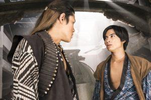 鈴木亮平演じるヒュウゴ(左)とチャグム