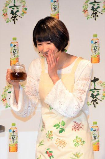 「十六茶 マイブレンド体験」を実演した新垣結衣