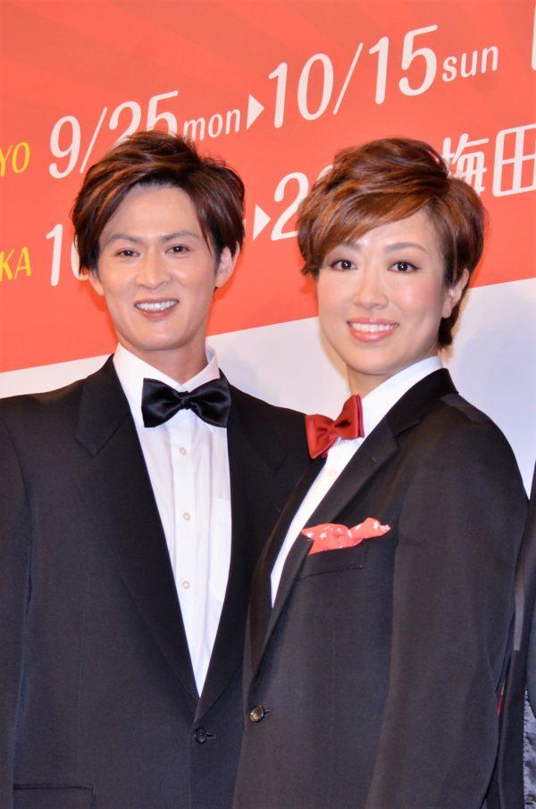 新納慎也(左)と北翔海莉