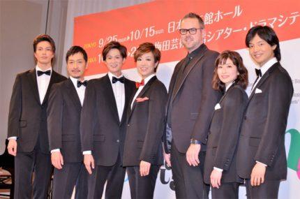 (左から)広瀬友祐、栗原英雄、新納慎也、北翔海莉、トム・サザーランド氏、大塚千弘、上口耕平