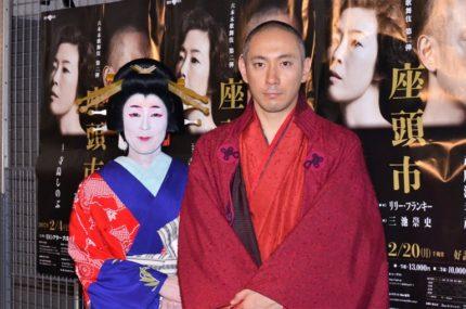 公開舞台けいこ後、囲み取材に応じた寺島しのぶ(左)と市川海老蔵