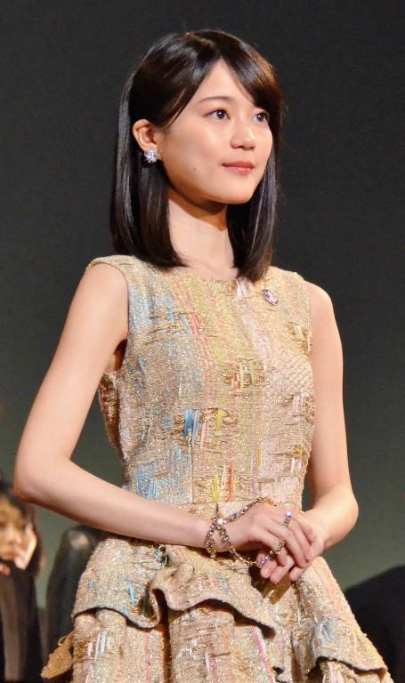 ドレスの生田絵梨花