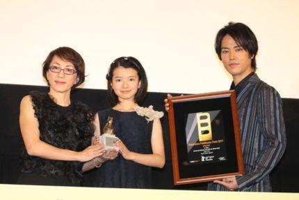(左から)荻上直子監督、柿原りんか、桐谷健太