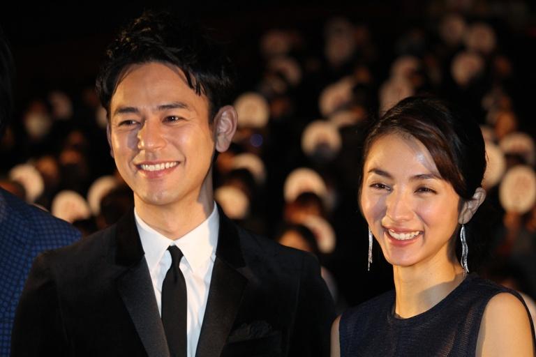 妻夫木聡(左)と満島ひかり
