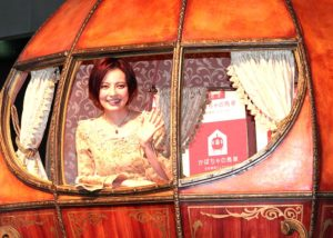 かぼちゃの馬車に乗って笑顔を見せるベッキー