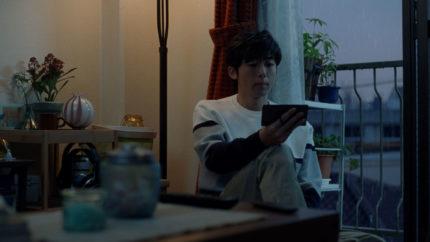 東京で妻を待つ夫に扮した高橋一生
