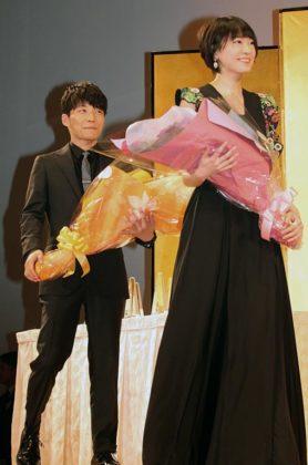 「逃げ恥」制作チームの特別賞受賞を祝福した星野源(左)と新垣結衣