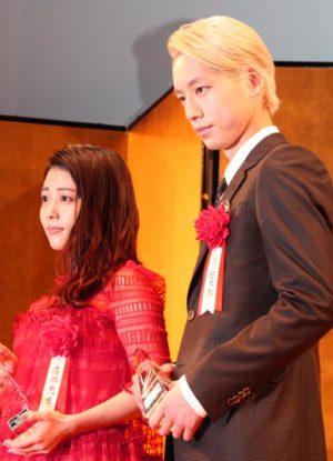 授賞式で並んだ高畑充希(左)と坂口健太郎