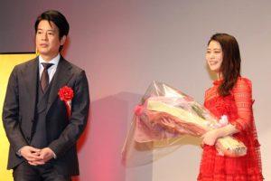 祝辞を述べる唐沢寿明(左)と新人賞を受賞した高畑充希