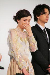 涙する永野芽郁(左)と三浦翔平