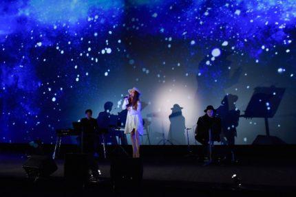 日本語吹き替え版のテーマソング「Because of You」を初披露したJUJU